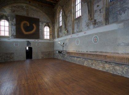 autentické stvoly růží, pryskyřice, dřevo, kov, délka 7m.  Duchovní centrum Pražská křižovatka, (kostel sv. Anny), Praha