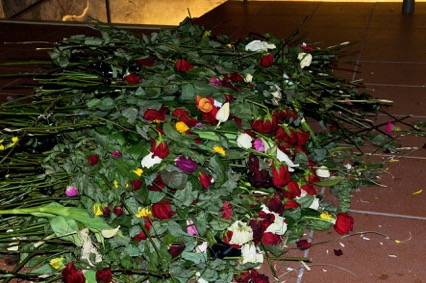 Anonymní květy růží položené v duchovním centru Pražská křižovatka u ostatků Václava Havla, 26.12.2011, 11:00hod.